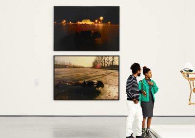 Personnes admirant un tableau dans le MoMA